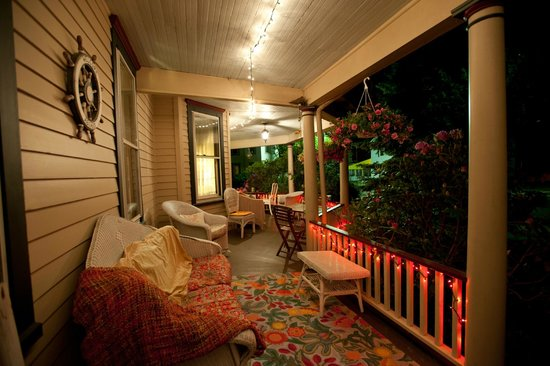 Ruby's Cove Bed and Breakfast: Ruby's Cove Wraparound Porch