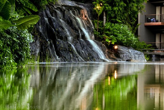 Renaissance Phuket Resort & Spa : The lovely artificial waterfall near the Restaurant
