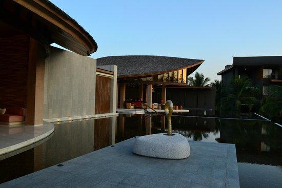 Renaissance Phuket Resort & Spa: Near the lobby and reception area with the adjoining Bar