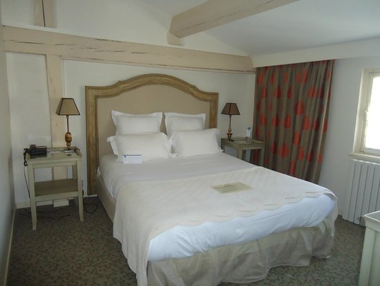 BEST WESTERN Hotel le Donjon: bedroom in suite