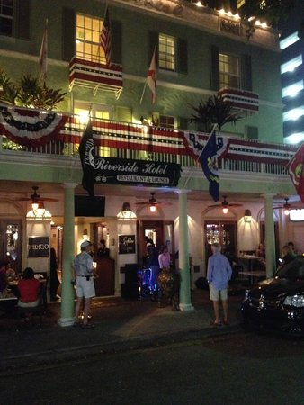 Riverside Hotel: Entrance to Riverside on 4th of July