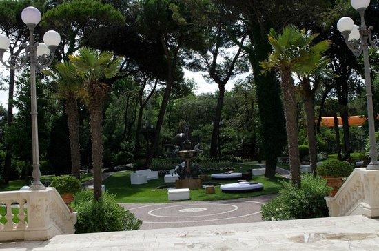 Grand Hotel Rimini: В парке рядом с отелем можно поваляться на пуфиках в тени