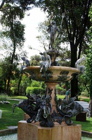 Grand Hotel Rimini: Фонтан в парке рядом с отелем