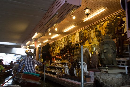 Damnoen Saduak Floating Market: Selling under a bridge