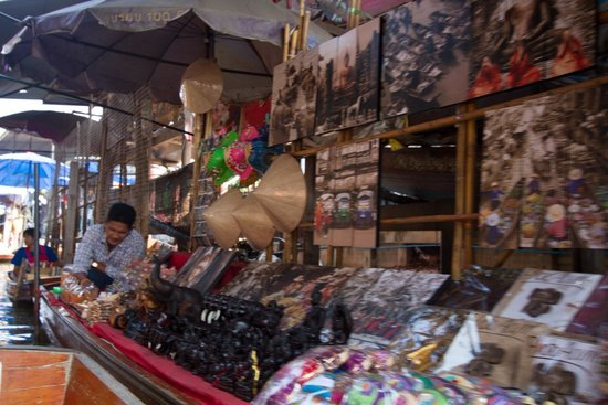 Damnoen Saduak Floating Market: Pictures and other things for sale.