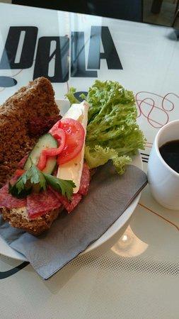Stasjonen Cafe & Restaurant: Nysmurt lunsj.