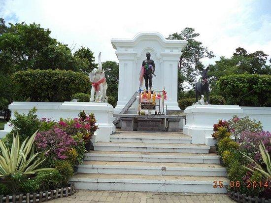 Thung Si Mueang: อนุสาวรีย์เจ้าเมืองอุบล