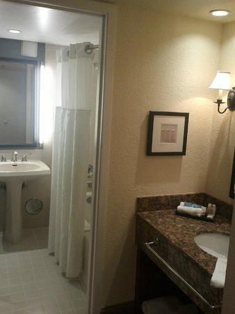 Shula's Hotel & Golf Club: Bathroom area