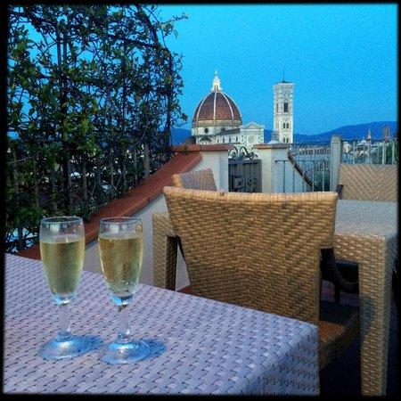Grand Hotel Baglioni Firenze: Prosecco on the roof top