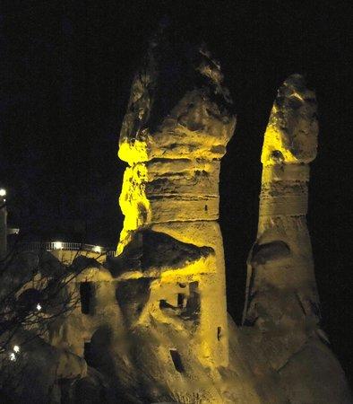 Holiday Cave Hotel : Nacht uitzicht omgeving