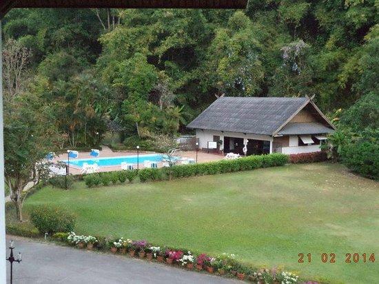 The Imperial Golden Triangle Resort: สระว่ายน้ำไกลจากที่พักมาก ไม่สะดวกในเดินไปว่ายน้ำ
