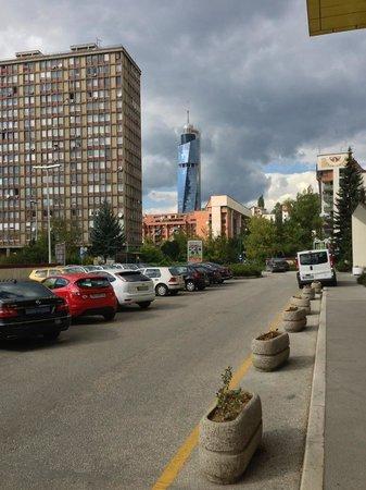 Hotel Holiday Sarajevo: Hotel parking lot
