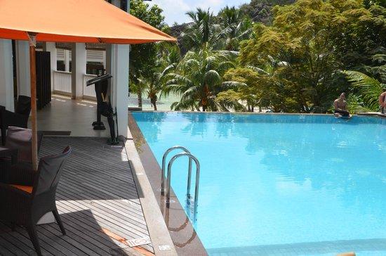 Hotel L'Archipel : Piscine surplombant la plage