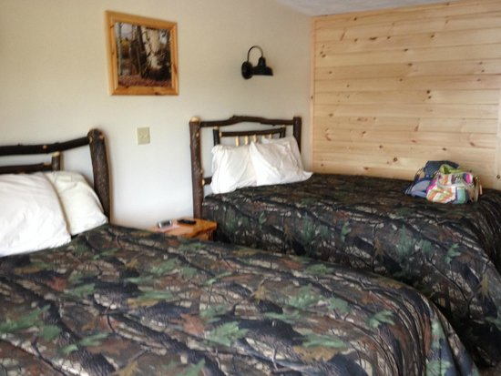 Pine Knoll Lodge & Cabins Inc: Cozy queen beds!