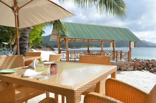 Hotel L'Archipel : tables pour pdj et dîner dans le sable