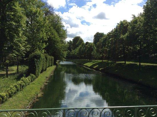 Chateau de Chantilly: канал в парке