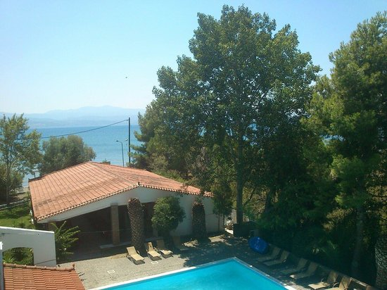Stefania Beach Hotel: Basen i widok na morze