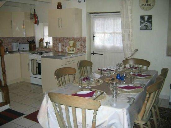 Maison Arc-en-ciel: Cottage Kitchen and Dining area