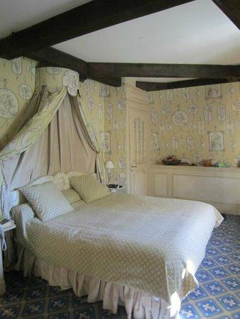 Chateau De Courcelles : Bedoom side of Junior Suite