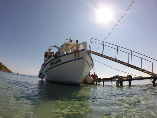 Eleni Boat Tours : the boat waiting for its passengers at Tsougria