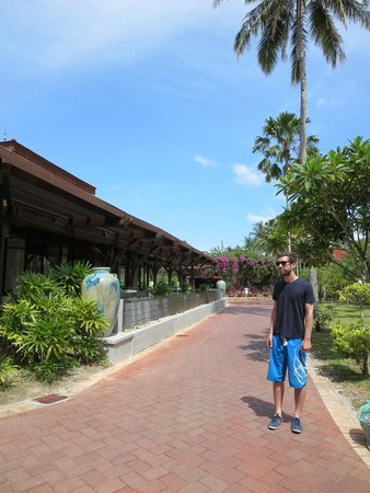 Meritus Pelangi Beach Resort & Spa, Langkawi: On the way to reception