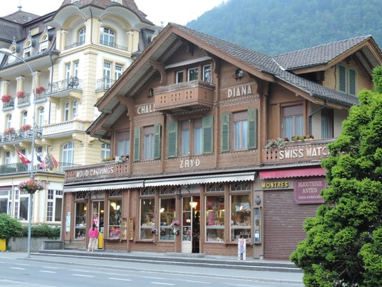 Hotel Interlaken: The shop opposite to the hotel (buy cuckoo clocks here)