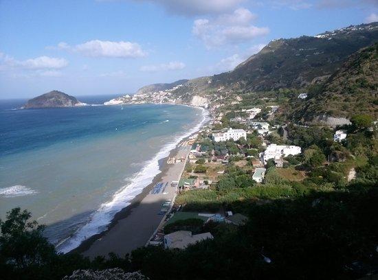 Hotel La Mandorla: vista dall'alto dei Maronti, spiaggia su cui si affaccia l'albergo
