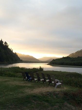 Klamath River RV Park: Along the river at sunset!