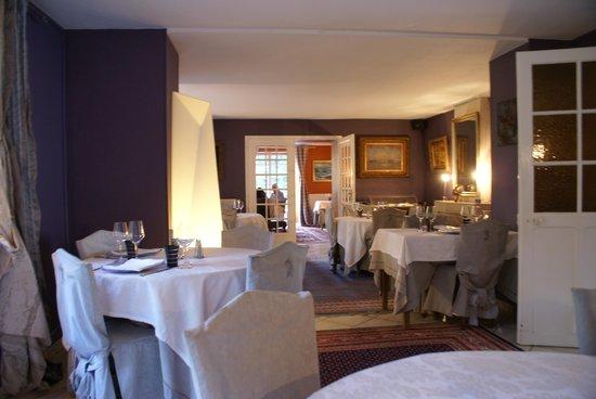 La Source Bleue: Une des salles du restaurant