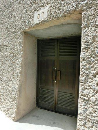 Xiqian Buddha Caves: 全ての窟にドアが有り、鍵がかかっています