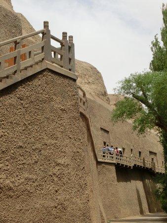 Xiqian Buddha Caves: 入場券売り場は一番下なので、見学場所より更に階段を下ります