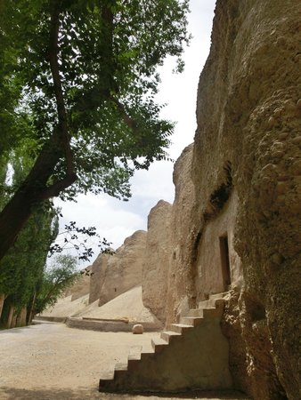 Xiqian Buddha Caves: 狭いですが、窟の中は別空間です