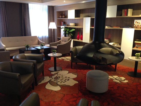 Holiday Inn Express The Hague - Parliament : Salon devant la réception