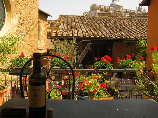 Hotel Alma Domus: Have lunch on the terrace!