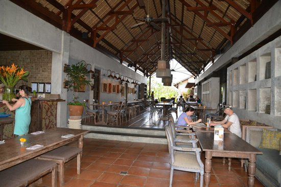 Alaya Resort Ubud: Dining area, beautiful design open on both ends