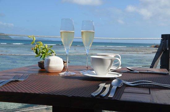 Le Domaine de L'Orangeraie Resort and Spa: Champagne au petit déjeuner...devant la mer