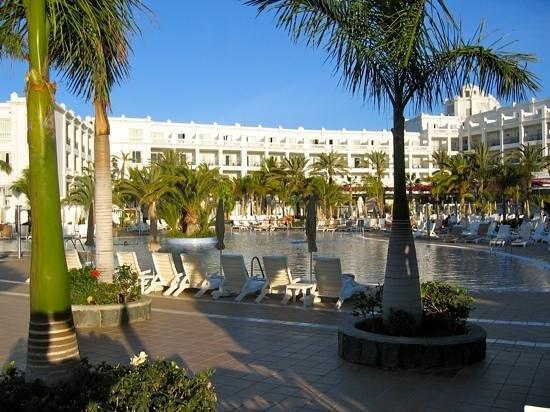 Hotel Riu Palace Maspalomas: zicht op 1 vd 2 zwembaden