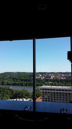 Holiday Inn Rosslyn @ Key Bridge: view from hotel restaurant in daytime (leftside)