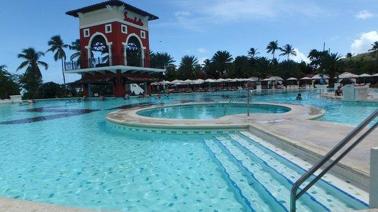 Sandals Grande Antigua Resort & Spa: Main pool with swim up bar
