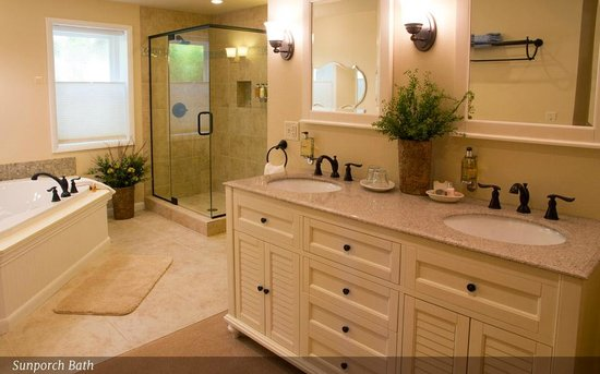 Sunflower Hill, A Luxury Inn : Sunporch bathroom