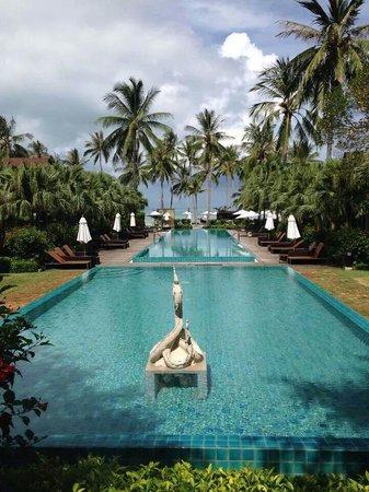 The Passage Samui Villas & Resort : Piscines vue depuis la réception