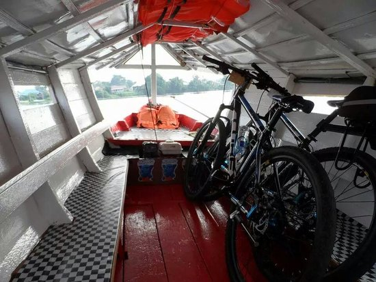 Paradesa Borneo: Bikes & us safely in the boat, off we go!