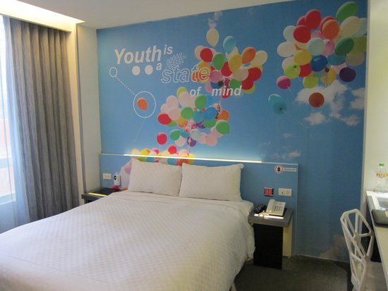 CityInn Hotel - Taipei Station Branch II: Our room with colourful background!