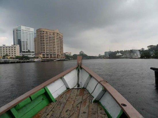 Paradesa Borneo: It started to rain towards the end of the tour..