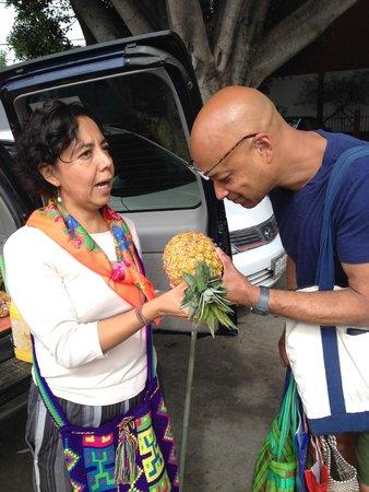 La Casa de los Sabores Cooking School: Learning how to buy pineapple.