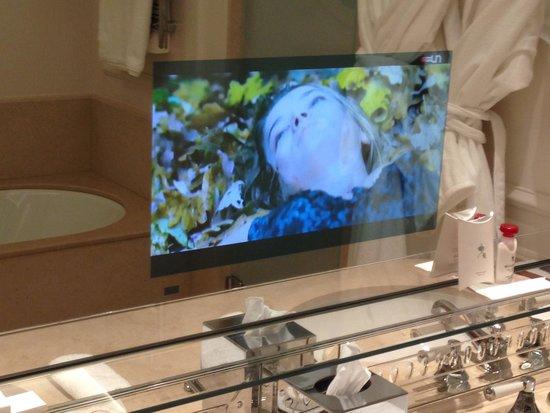 Beau-Rivage Palace : Fernsehbild im Badzimmerspiegel
