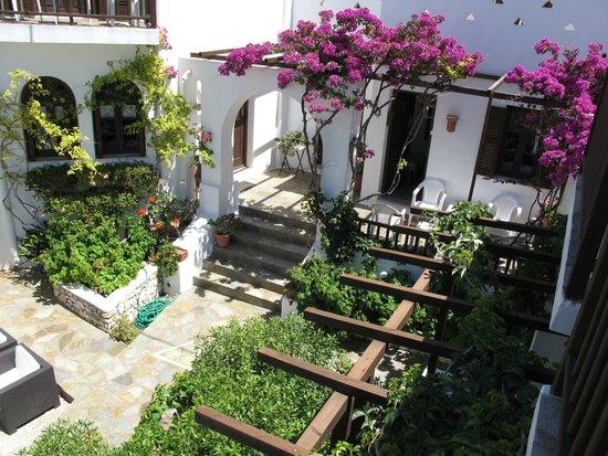 Hotel Christina: giardino visto dal balcone della camera