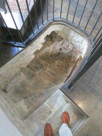 Locanda Don Serafino : Atmospheric stone (semi-) spiral staircase... beautiful, but not for the elderly!