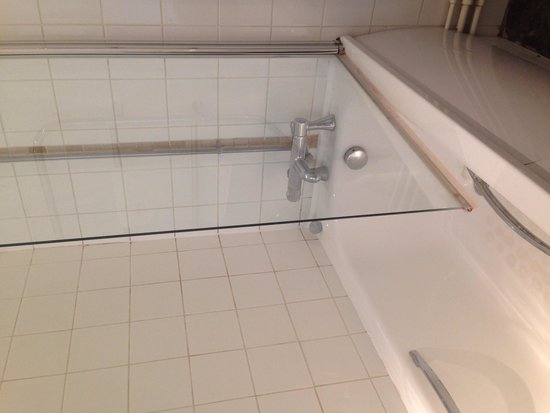 Red Lion Hotel: A lot of brown grubby marks around the bath and tiles