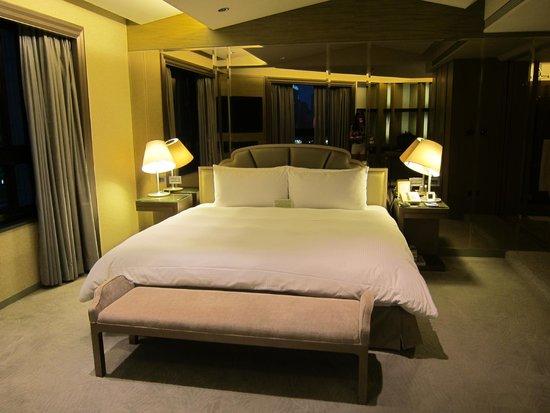 The Landis Taipei : Corner Suite (bed)